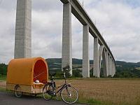 Fahrrad mit Planwagen